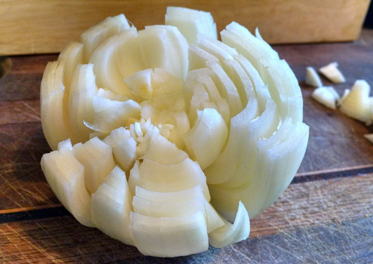 how to cut onion for blooming onion