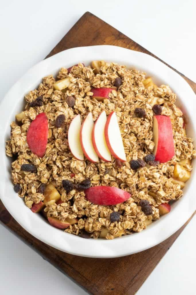 round baking pie pan with an apple dessert