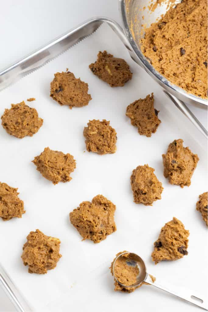 baking pan with uncooked cookies